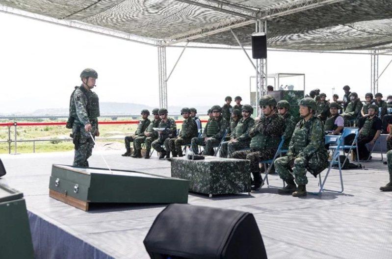 參謀總長黃曙光(前座右二戴墨鏡者)去年指導漢光演習反登陸作戰操演。圖/軍聞社
