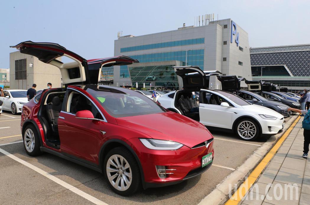 由台灣電動車發展促進協會號召的電動車友200多人,28日駕駛超過70輛特斯拉電動...