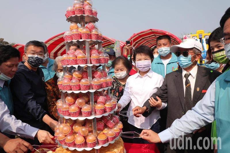 台中市清水區大楊國小今天歡慶100周年,台中市長盧秀燕等人到場祝賀。記者游振昇/攝影