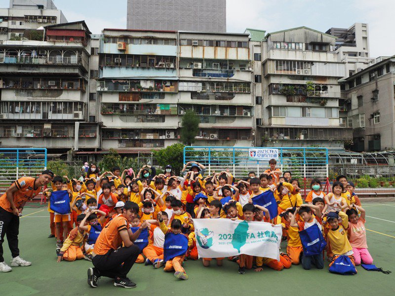 北市大同足球隊造訪台北市太平國小。圖/大同足球隊提供