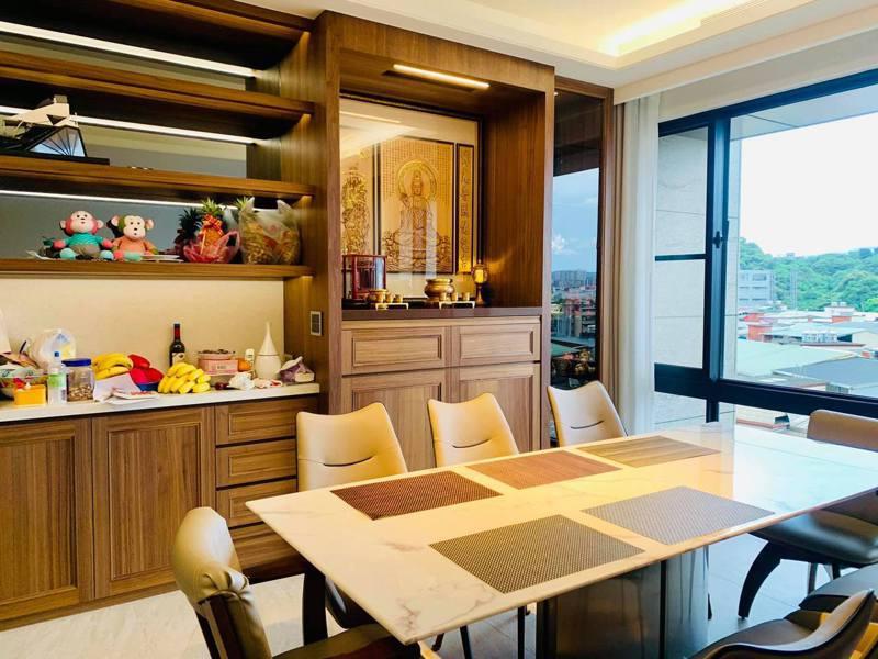 年輕首購族大多選擇中小坪數的大樓或公寓,難有餘裕容納神明桌,多是在長輩強烈要求下,才會在裝潢時另規畫安置神明或祖先牌位的空間。圖/中日宗教藝術工坊林義豪提供