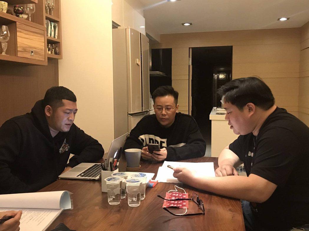 草爺(左起)、姜寧、吳震亞一起討論劇本。圖/紅心字會提供