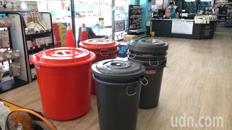 台中不少賣場把儲水桶放在入門顯眼處,方便消費者購買。記者陳秋雲/攝影