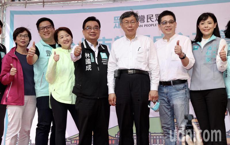可能代表民眾黨角逐下任台北市長的副市長黃珊珊(左三),出席民眾黨黨部成立大會場,與柯文哲(右三)同台。記者黃義書/攝影