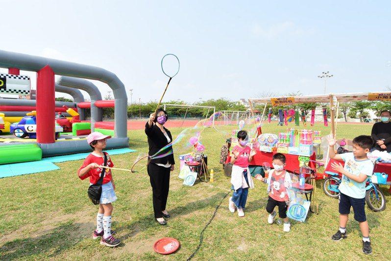 兒童節即將到來,彰化縣長王惠美(左2)今天參加在鹿港體育場舉辦的「Kids寶貝 親子童樂會」,與親子同樂,還頒給摸彩獎品。記者劉明岩/攝影