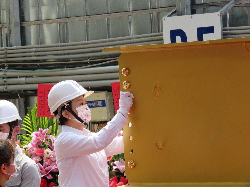 台中市勤美洲際酒店兩年前動工,今舉行上梁典禮,市長盧秀燕也參加。記者黃寅/攝影