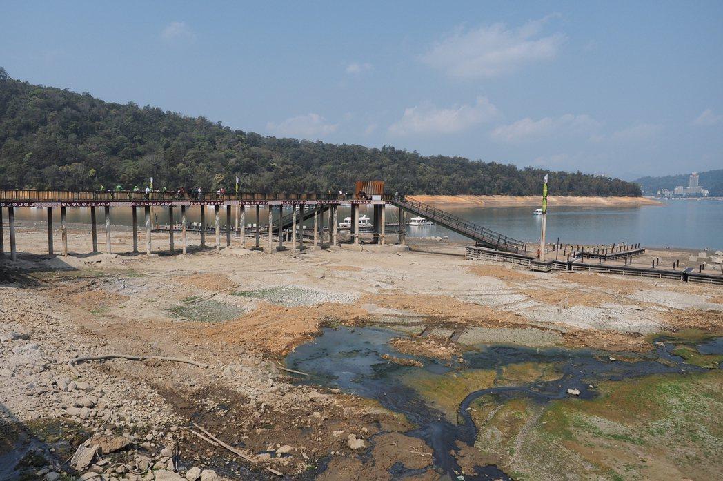國內旱情加劇,日月潭水位下降,碼頭航運受影響。圖/魚池鄉公所提供