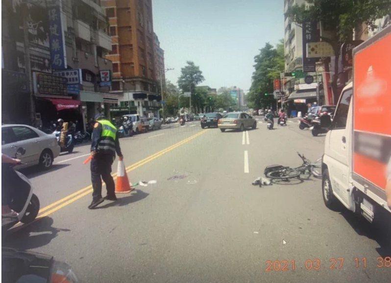台中市陳姓少年昨天騎單車行經南區工學路時,遭賴姓男子開車門不慎撞上後,遭後車輾過,傷重不治,檢警今相驗,釐清死因。圖/讀者提供