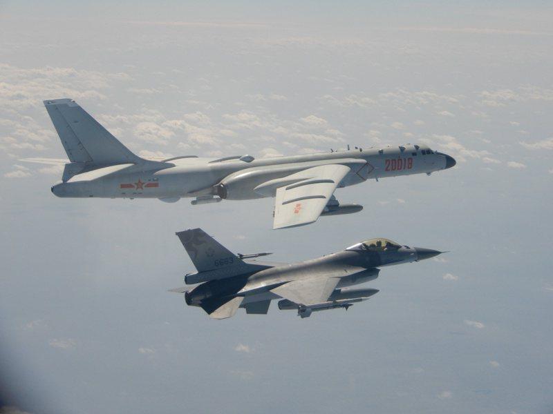大陸H-6轟炸機曾與台灣F16戰機在台灣海峽上空對峙。  路透