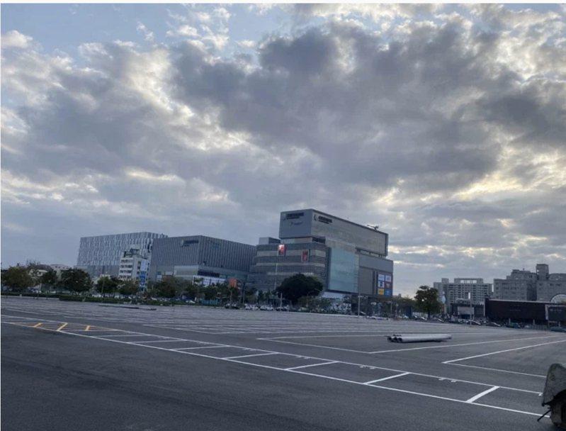 有業者打算在南紡購物中心對面的平實營區眷改地上申設夜市,目前並已完成整地與格位畫設。本報資料照片