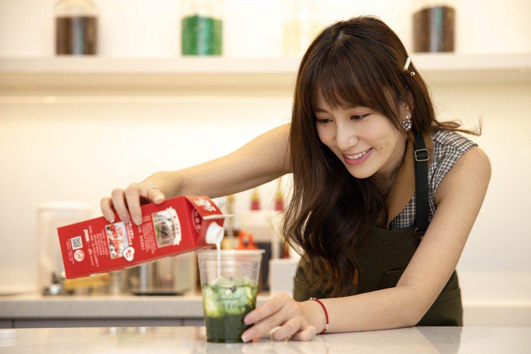 Apple(黃暐婷)親自調製香菜拿鐵,這也是店內的招牌飲料。記者沈昱嘉/攝影