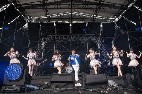 女團「AKB48 Team TP」青春洋溢,今在「大港開唱」邀請黃西田跨刀,「老少配」組合新意十足,雙方合唱「放伴洗身軀」等金曲,黃西田笑說:「現場樂隊很不錯,所以我們來表演一下,來洗澡。」於是他帶...