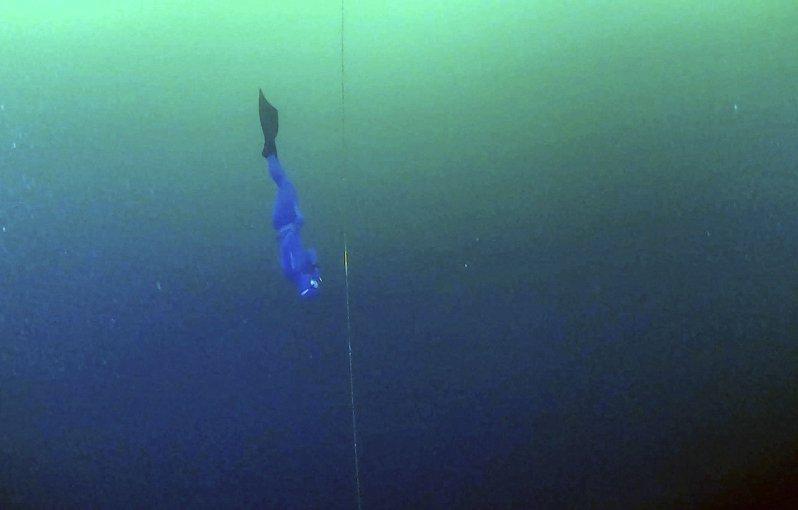 俄羅斯選手莫爾恰諾夫本月16日在西伯利亞貝加爾湖,成功挑戰冰下80公尺的自由潛水新紀錄。圖為他在冰下潛水場景。圖/紐約時報