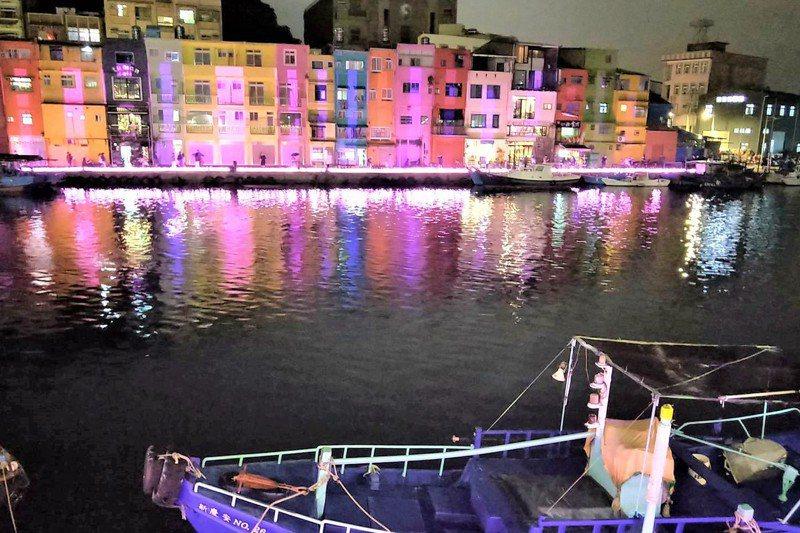 正濱漁港懷舊碼頭搖身變色彩屋,日夜都成網紅打卡熱門景點。記者游明煌/攝影