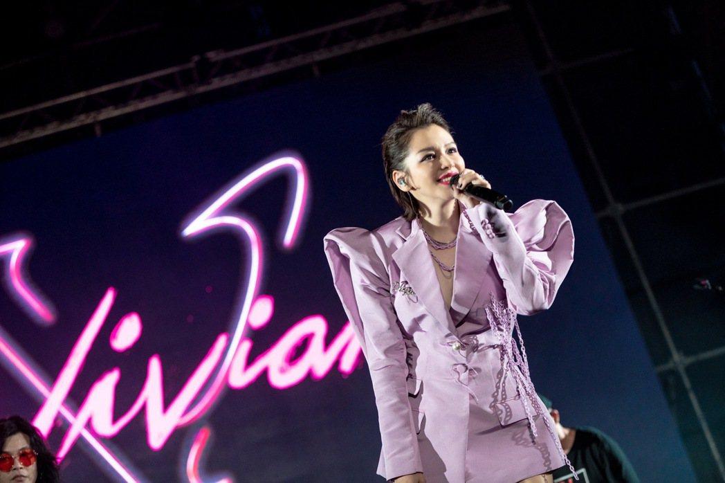 徐若瑄選擇粉紫色深V西裝,事業線若隱若現。圖/出日音樂提供