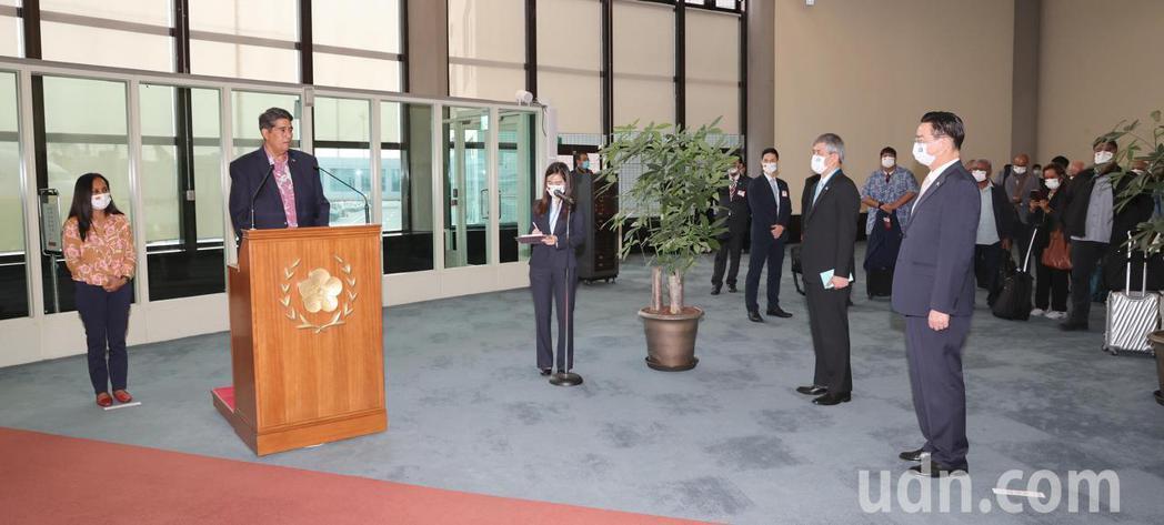 帛琉總統惠恕仁伉儷(左及左二)率團28日下午搭乘中華航空公司班機抵達桃園機場,展...