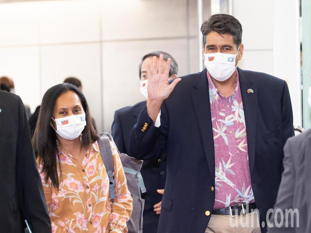 帛琉總統惠恕仁伉儷(右及左)率團28日下午搭乘中華航空公司班機抵達桃園機場,展開...