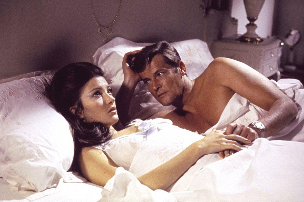 羅傑摩爾(左)第一部007電影「生死關頭」,也是孫女最喜歡的。圖/摘自imdb