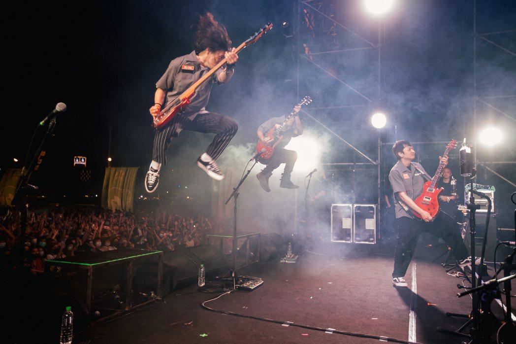 滅火器樂團賣力演出,在台上高高躍起。圖/出日音樂提供