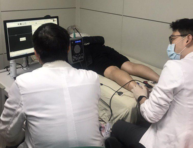 新竹台大分院新竹醫院復健部為病患做肌電圖檢查,協助臨床診斷和擬定治療方針。圖/新...