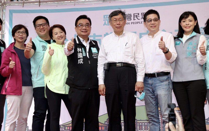 可能代表民眾黨角逐下任台北市長的副市長黃珊珊(左3),昨天出席民眾黨台北市黨部成立大會場,與黨主席柯文哲(右3)同台。記者黃義書/攝影