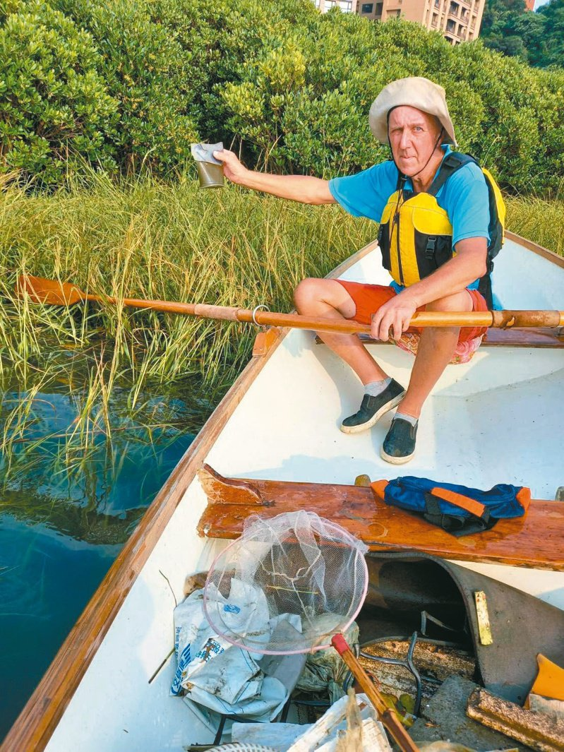划船愛好者自發性清理淡水紅樹林廢棄物,來自英國的Peter也熱情響應。圖/楊林提供