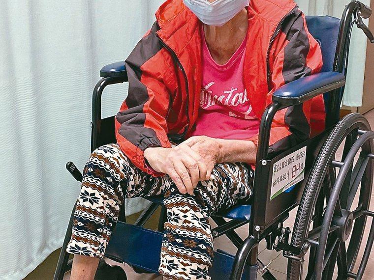 醫師表示,民眾若有骨質疏鬆,只要不小心跌倒,就可能骨折。圖/衛福部台北醫院提供