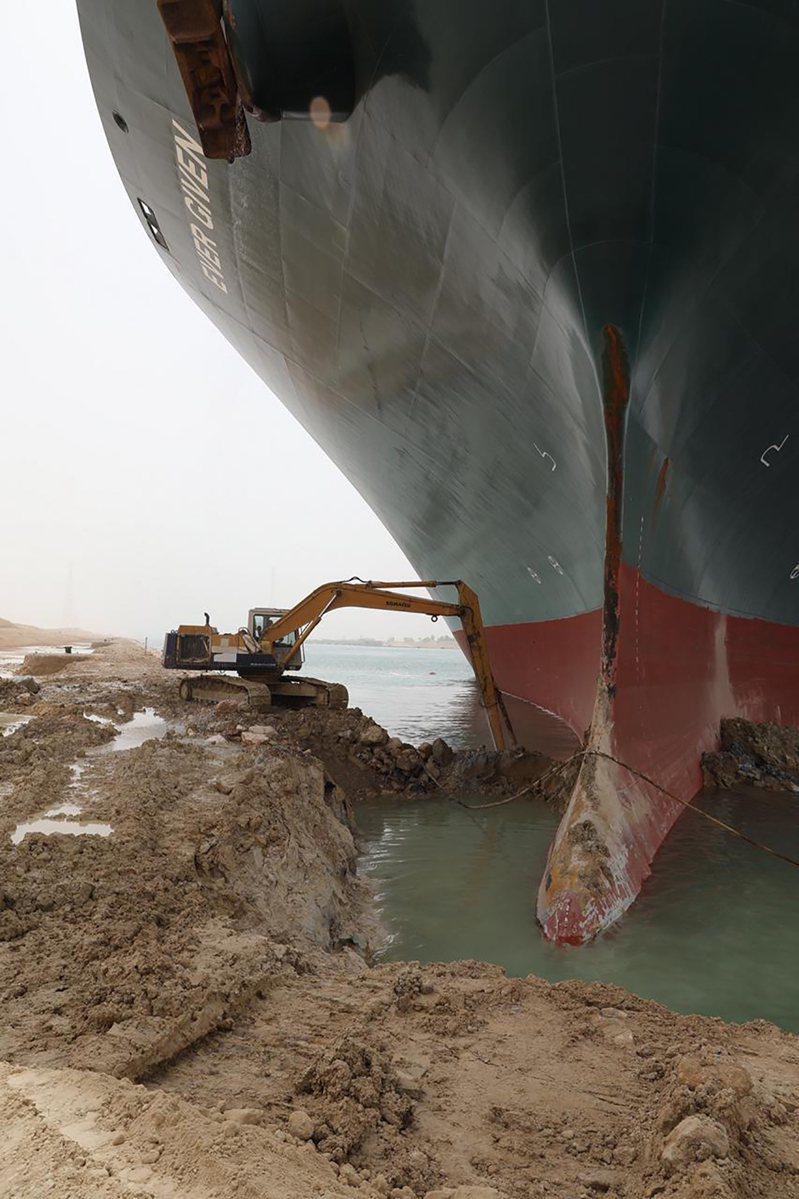 長賜號救援行動出動共約5台怪手挖沙清淤。美聯社