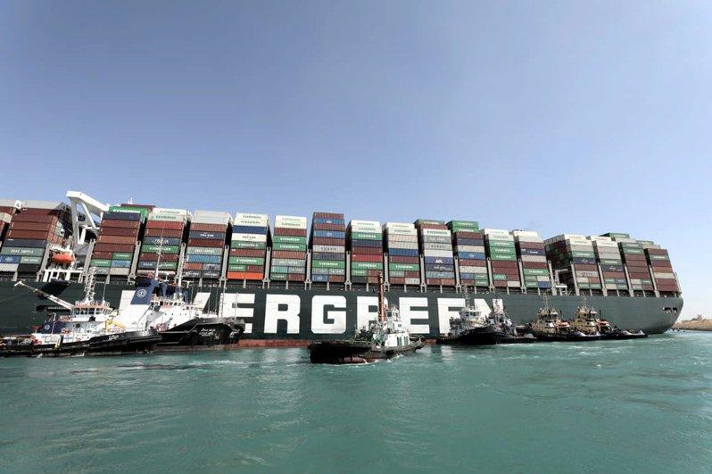 長榮「長賜輪」堵住蘇伊士運河,限制全球製造商取得關鍵原物料的能力。(歐新社)
