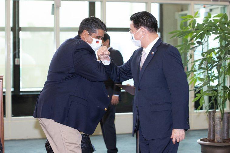 帛琉總統惠恕仁(左)廿八日下午搭機抵達桃園機場,下機後和外交部長吳釗燮(右)碰肘...