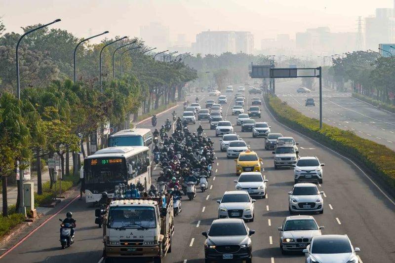 南科帶來的人口湧進台南,但交通建設還沒趕上人口移入,尖峰時刻,南科附近的五線道都會大塞車。 圖片來源:謝佩穎攝