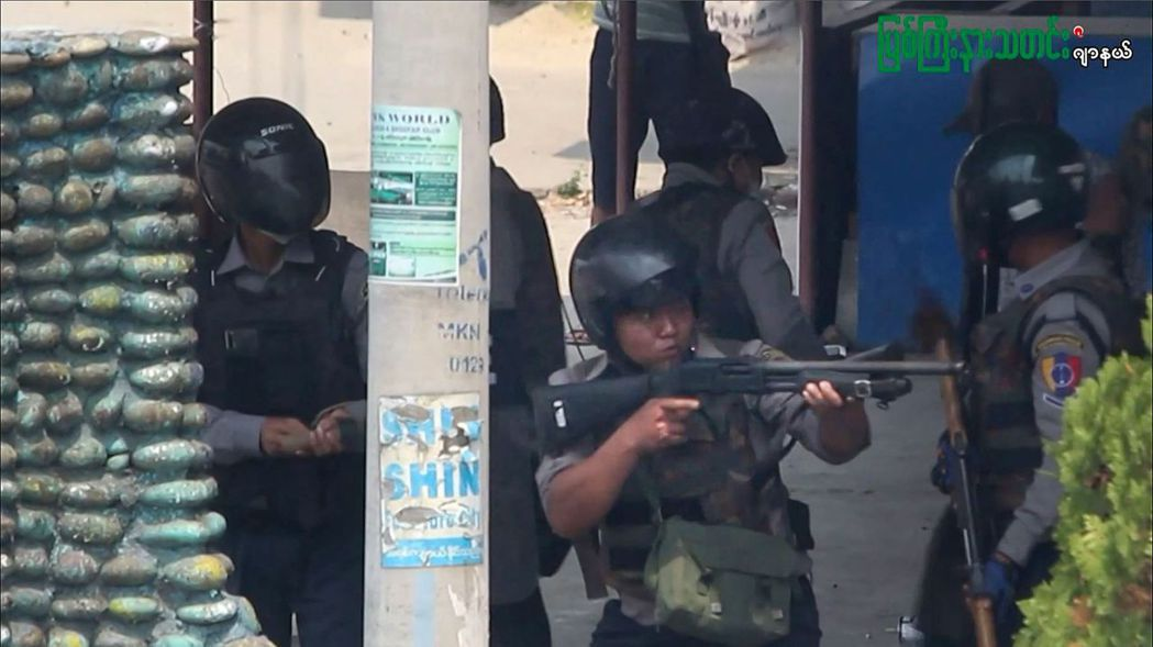 圖為軍警於3月27日在克欽邦鎮壓示威者。 圖/法新社/ MYITKYINA NE...