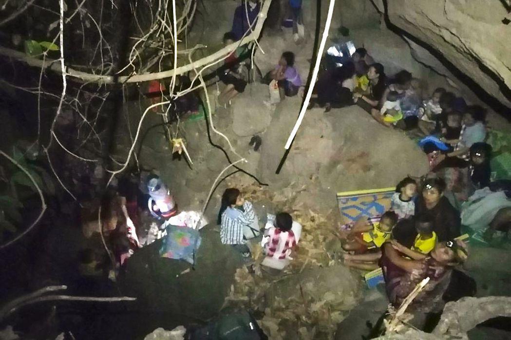 緬甸空軍的轟炸機自27日傍晚開始就不斷空襲克倫邦農村,圖為逃難躲藏的當地居民。 ...