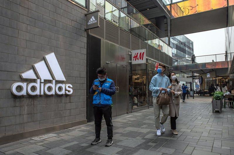 歐美品牌因發表與新疆棉花「切割」的言論引發中國民眾抵制。 歐新社