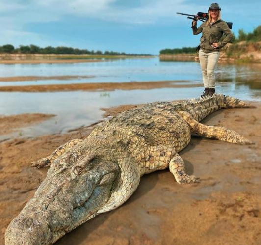 美國33歲女獵人和她射殺身長超過4.5公尺巨鱷的照片。圖/取自IG@larysaunleashed