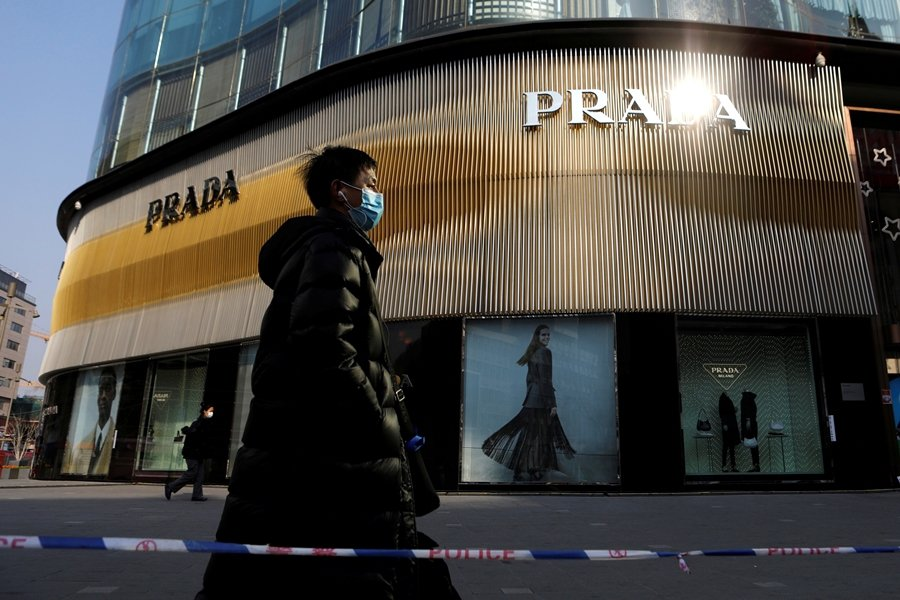 針對中國年輕人網貸消費超支、深陷債務之亂局,中國銀保監會等單位正式禁止「校園貸」。 圖/路透社