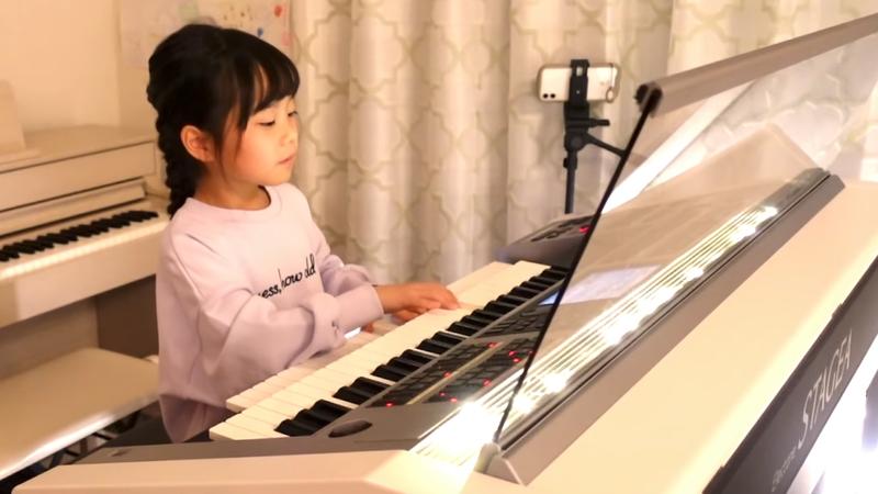 日本一位年僅八歲的女孩Ritchan,靠著過人的琴藝,已經成為擁有超過十萬粉絲的youtube網紅。圖擷取自twitter