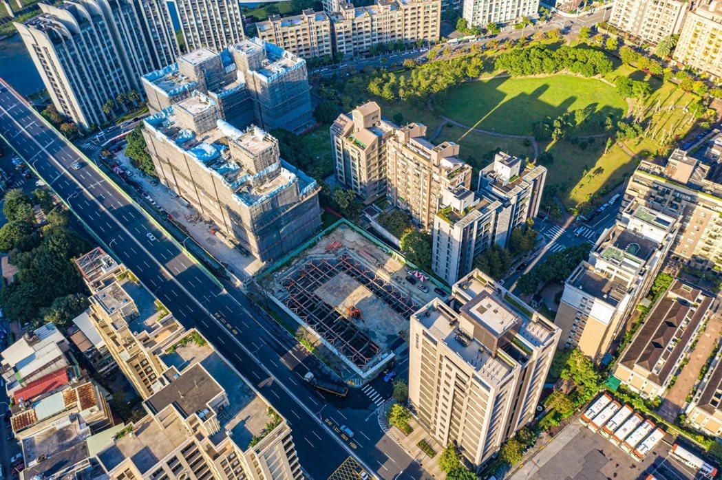 「久云嘉潤日出」 基地面30米向陽路,鄰近6,032坪向陽綠大地公園,與河濱公園...