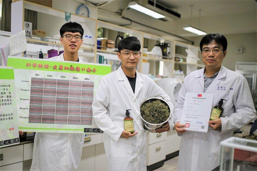 美和科技大學吳裕仁教授(右1)。 中華創新發明學會/提供。