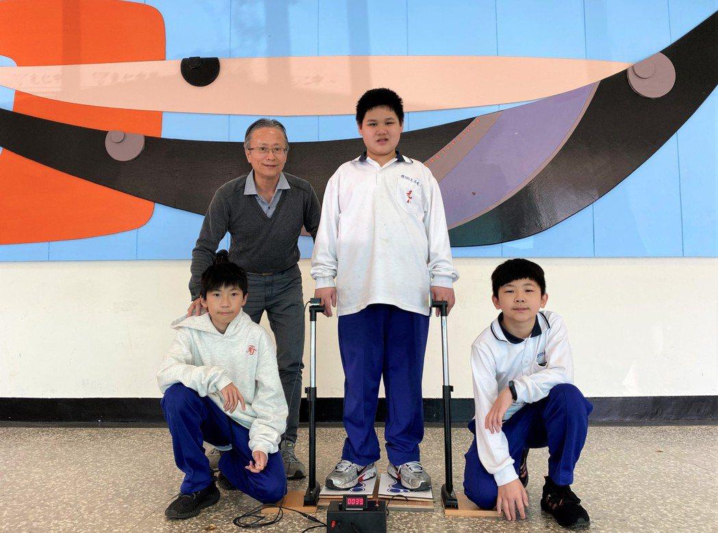 光仁中學劉博畬(左起)、江明岳老師、王志遠、楊世麒。 中華創新發明學會/提供。