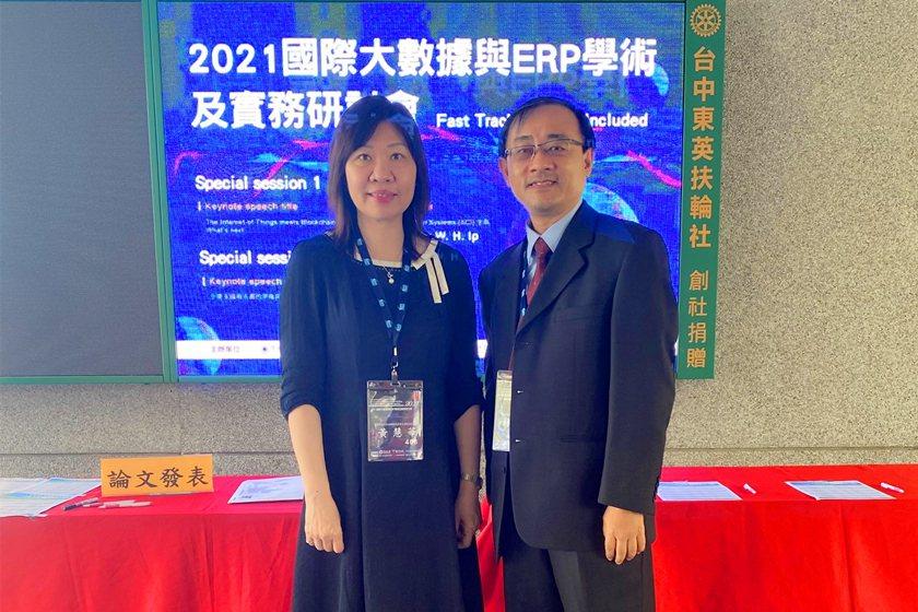 中國科技大學行銷與流通管理系系主任黃慧華(左)與老師林宏勳獲109年度教學E化優...
