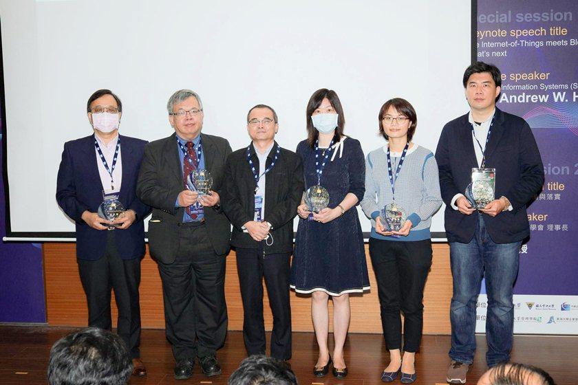 中國科技大學行銷與流通管理系系主任黃慧華(右三)代表該系獲頒109年度E化教學優...