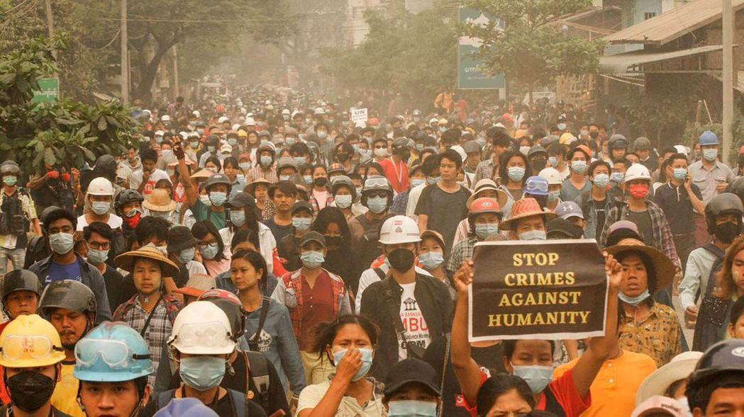緬甸中部薩加因蒙育瓦鎮的反軍政府民眾,28日不懼前一天的血腥鎮壓繼續上街頭。(法...