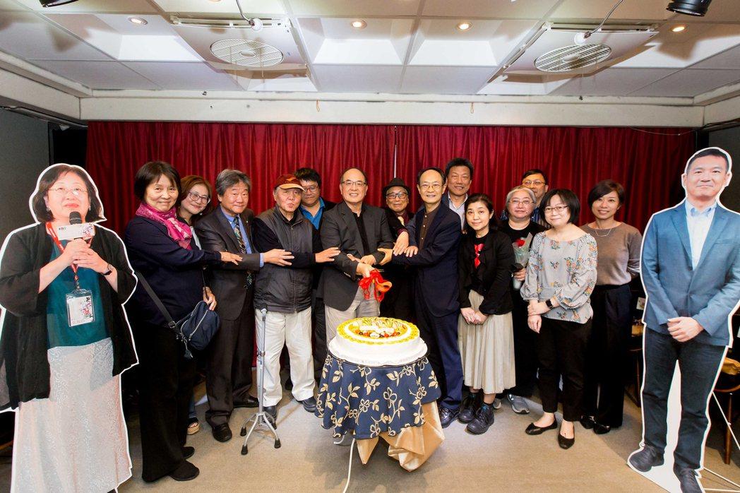 國家電影及視聽文化中心29日舉辦43週年館慶,首任影視聽中心館長徐立功(左4)與