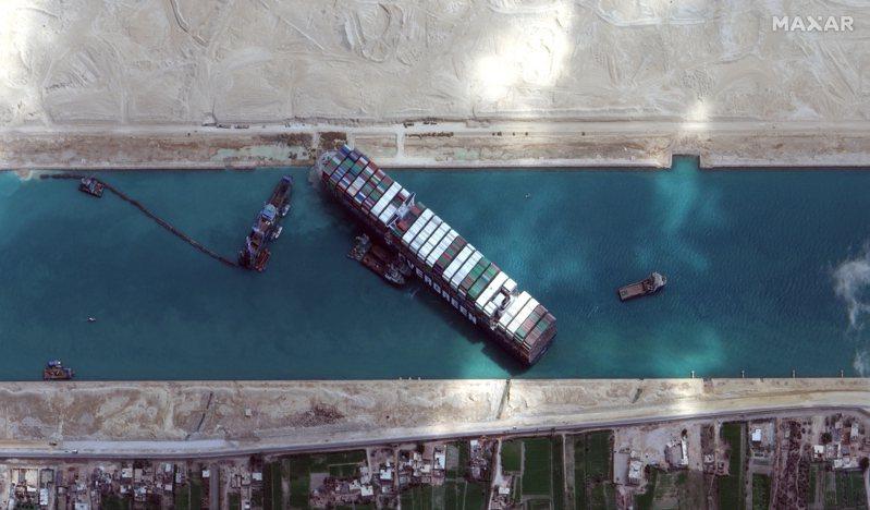 長榮海運超大型貨櫃輪「長賜號」23日擱淺在蘇伊士運河,影響全球供應鏈,原因仍待調查。 美聯社