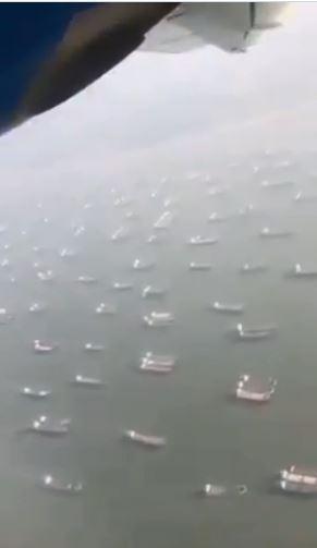 根據全球航運權威媒體「勞氏日報」(Lloyd'sList),現有425艘船舶正等著通過蘇伊士運河(SuezCanal)。圖為蘇伊士運河塞船畫面。圖翻攝自推特