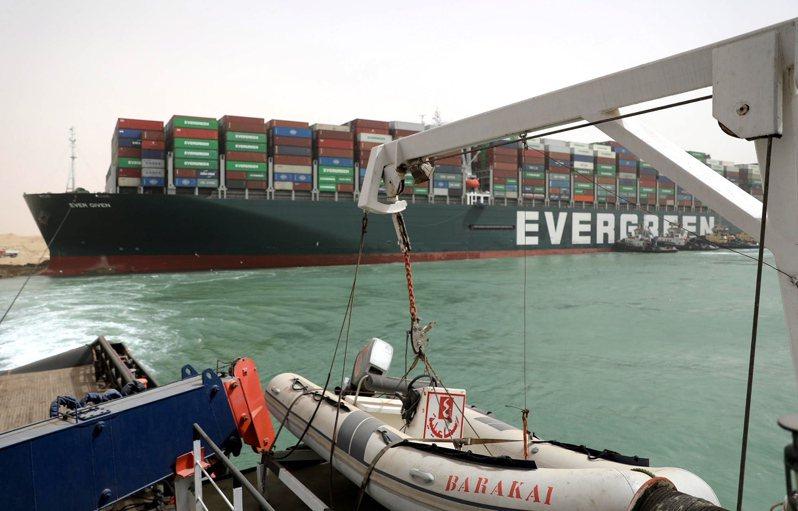 長榮海運超大型貨櫃輪「長賜輪」23日擱淺在蘇伊士運河,蘇伊士運河管理局透過大潮協助船脫困。 圖/歐新社