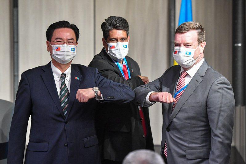 帛琉總統惠恕仁(Surangel Whipps Jr.)(中)29日晚間與外交部長吳釗燮(左)共同舉行國際記者會,美國駐帛琉大使倪約翰(John Hennessey-Niland)(右)也出席。圖/中央社