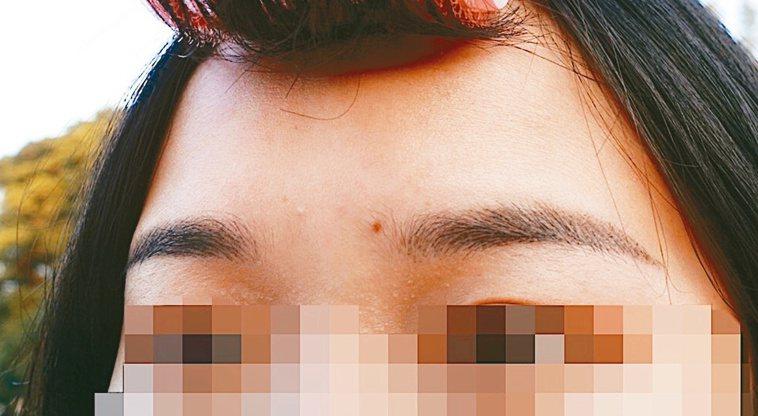 施作飄霧眉,眉毛顏色不夠深或太細、太短可補色,不用洗眉。記者黃惠群/攝影
