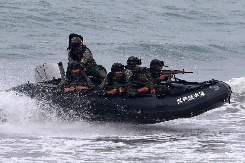 海軍陸戰隊運用膠舟型的突擊艇,嘗試在「聯合登陸作戰操演」中擔任第一舟波的登岸偵察部隊。圖/聯合報系資料照片
